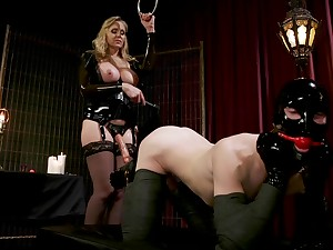 Latex mistress Julia Ann abuses her male slave with her feet