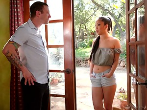 Attractive Asian masseuse Jade Kush treats toff with massage and torrid ride